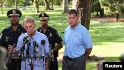 El alcalde de Boston Marty Walsh (R) celebró una conferencia de prensa con William Evans, comisionado de la policía de Boston, en el Boston Commons en Boston, Massachusetts, el 19 de agosto de 2017.