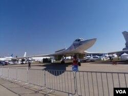 今年8月莫斯科航展上的图-160战略轰炸机,星期二参加了对叙利亚境内伊斯兰国的空袭(美国之音白桦)