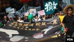 香港民陣發起遊行,要求涉嫌以權謀私的發展局長陳茂波及委任他的特首梁振英下台 (美國之音湯惠芸拍攝)