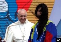 Una joven de Venezuela se retira tras reunirse con el papa Francisco durante una ceremonia por el Día Mundial de la Juventud en Ciudad de Panamá, el jueves 24 de enero de 2019.