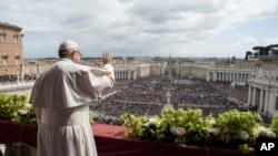 Papa Franja se obraća vernicima sa balkona crkve Svetog Petra