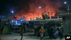 그리스 레스보스 섬의 난민수용소에서 19일 밤 화재가 발생해 수 천 명이 긴급 대피했다.