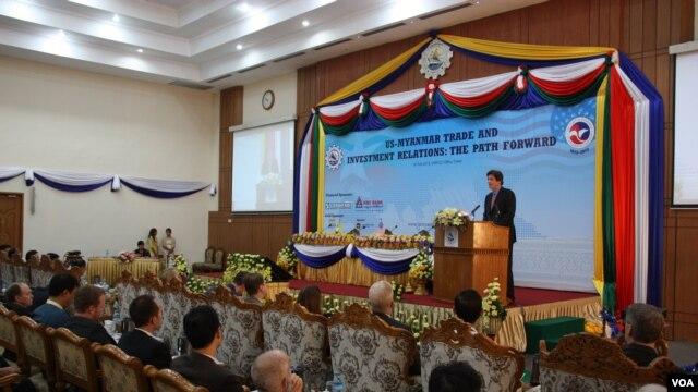 Ông Jose Fernandez, trợ lý Ngoại trưởng Hoa Kỳ đặc trách các vấn đề Kinh tế và Kinh doanh phát biểu tại hội nghị thương mại ở Rangoon, Miến Ðiện, ngày 25/2/2013.
