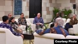 """Presiden Joko Widodo melangsungkan pertemuan dengan beberapa tokoh dunia, antara lain mantan PM Australia Malcolm Turnbull di sela-sela pertemuan tahunan """"Our Ocean Conference"""" di Bali, Senin (29/10). (Courtesy: Setpres RI)"""
