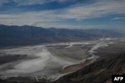 California eyaletindeki Ölüm Vadisi Milli Parkı, deniz seviyesinin altında bir çöl olduğu için Amerika'da hava sıcaklığının en yüksek seyrettiği yerlerin başında geliyor.