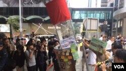 """香港金融街头4月1日出现硕大""""铭记八九六四酒瓶""""道具 (美国之音记者申华拍摄)"""