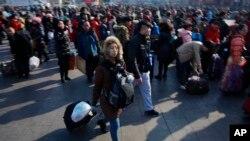 중국 춘절을 앞둔 지난 13일 중국 베이징의 기차역에 귀경객들이 몰려들었다.