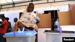 Mwananchi wa kawaida akipiga kura October 25, 2015.