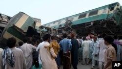 파키스탄 중부 도시 물탄 인근에서 15일 열차 2대가 추돌하는 사고로 1백명이 넘는 사상자가 발생했다.