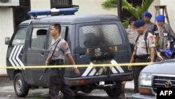 Поліція та рятувальники на місці вибуху
