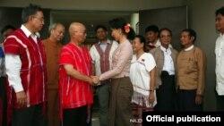 ေဒၚေအာင္ဆန္းစုၾကည္နဲ႔ KNU ေခါင္းေဆာင္ေတြ ေတြ႔ဆံု။ (မတ္လ ၂၉-၂၀၁၅) သတင္းဓာတ္ပံု Credit to NLD Chairperson FB.