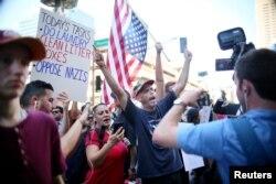 طرفداران ترامپ و مخالفان او در بیرون محل سخنرانی در فونیکس