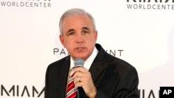El alcalde Carlos Giménez ordenó a las cárceles cumplir las solicitudes federales de detención de inmigrantes.