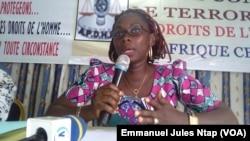 Cyrille Rolande Bechon, directrice exécutive nouveaux droits de l'Homme, lors du briefing à la presse, le 17 février 2017, à Yaoundé, le 17 février 2017. (VOA/Emmanuel Jules Ntap)