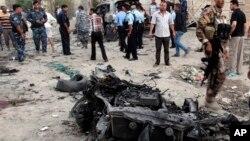 Nhân viên an ninh điều tra nơi xảy ra tấn công bằng xe cài bom trong thành phố Basra, Iraq, 14/7/13