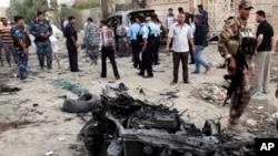2013年7月14日在伊拉克首都巴格达东南部的巴士拉发生汽车炸弹爆炸的现场,安全部队进行搜查