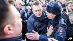 Alexei Navalny détenu par la police au centre-ville de Moscou, en Russie, le 26 mars 2017 (photo fournie par Evgeny Feldman).