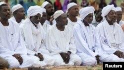 Musulmans soudanais reunis pour la priere du matin pour l'Aid El Fitri, a la fin du Ramadan, au nord du Darfour, aout 2012.