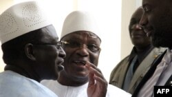 Perezida wa Mali, Ibrahim Boubacar Keita (hagati) avugana n'umukuru w'abatavuga rumwe n'ubutegetsi Soumaila Cisse (ibubamfu).