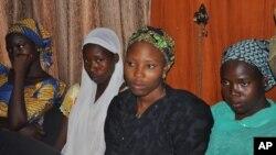Chibok shahrida o'g'irlangan ayrim qizlar jangarilar qo'lidan qochishga muvaffaq bo'lgan. O'quvchilar Nigeriya hukumat mutasaddilar bilan ko'rishayapti. 2-iyun, 2014-yil.