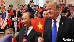 Tổng thống Trump và Thủ tướng Phúc trong cuộc gặp hồi cuối tháng Hai năm nay ở Hà Nội.