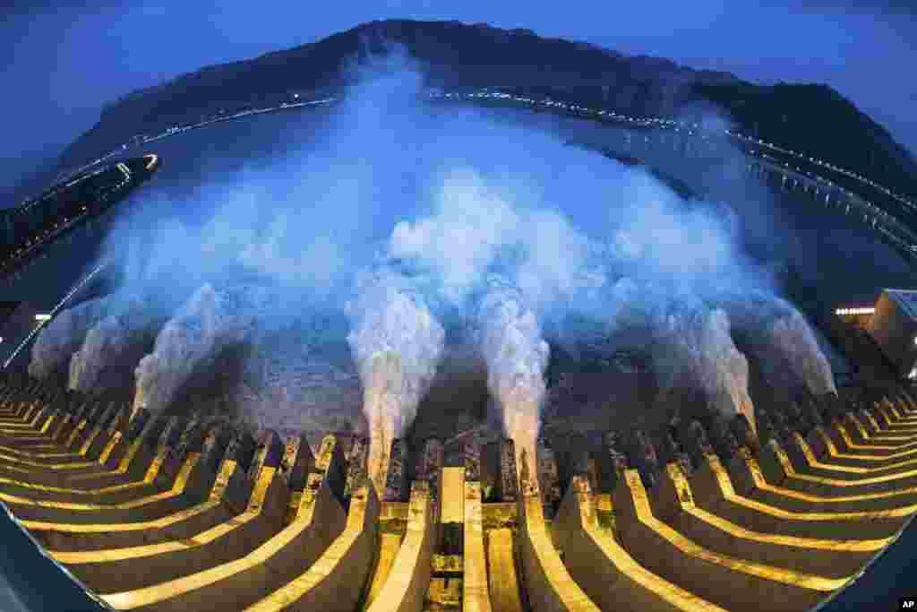 រូបថតបង្ហាញពីទឹកផុលចេញពីទំនប់វារីអគ្គិសនី Three Gorges Dam ក្នុងខេត្ត Hubei ប្រទេសចិន កាលពីថ្ងៃទី១៩ ខែកក្កដា ឆ្នាំ២០២០។
