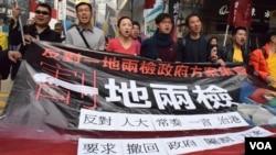 Người biểu tình Hồng Kông chỉ trích dự án ga tàu cao tốc Tân Cửu Long trong cuộc biểu tình ngày 1/1/2018.