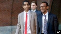 Robel Phillipos (traje claro) amigo del sospechoso Dzhokhar Tsarnaev, fue declarado culpable de mentir a las autoridades que investigaban el atentado al maratón de Boston.