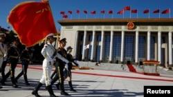 中国人民解放军仪仗队在人民大会堂外走过