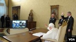Paus Benediktus XVI saat berbicara dengan para astronot Endeavour dari kantornya di Vatikan (21/5).