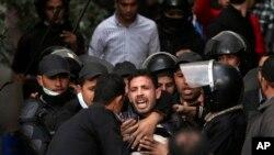 30일 이집트 카이로의 타흐리르 광장의 시위대와 진압경찰.