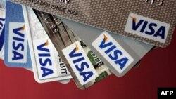 Nhiều nghi can đã dùng thẻ tín dụng cạo sửa để đi mua sắm khắp nước hoặc thuê phòng ở những khách sạn 5 sao