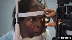 ایل آر بی ٹی کے زیر انتظام ایک اسپتال میں مریض کی آنکھوں کا معائنہ کیا جارہا ہے۔