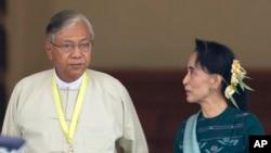 Htin Kyaw (kiri), kiri, presiden terpilih Myanmar bersama pemimpin partai NLD Aung San Suu Kyi (kanan), di kantor di Naypyitaw, Myanmar (15/3).