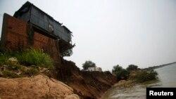 柬埔寨幹丹省湄公河邊因土壤流失而倒塌的一所房屋。 (資料圖片)