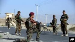Tentara Angkatan Darat Nasional Afghanistan berjaga di pos penjagaan di pinggiran kota Kabul, Afghanistan, 21 Agustus 2017.