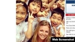Stephanie dạy tiếng Anh cho các em nhỏ Việt Nam. Ảnh chụp màn hình trang web vietnamnet.vn