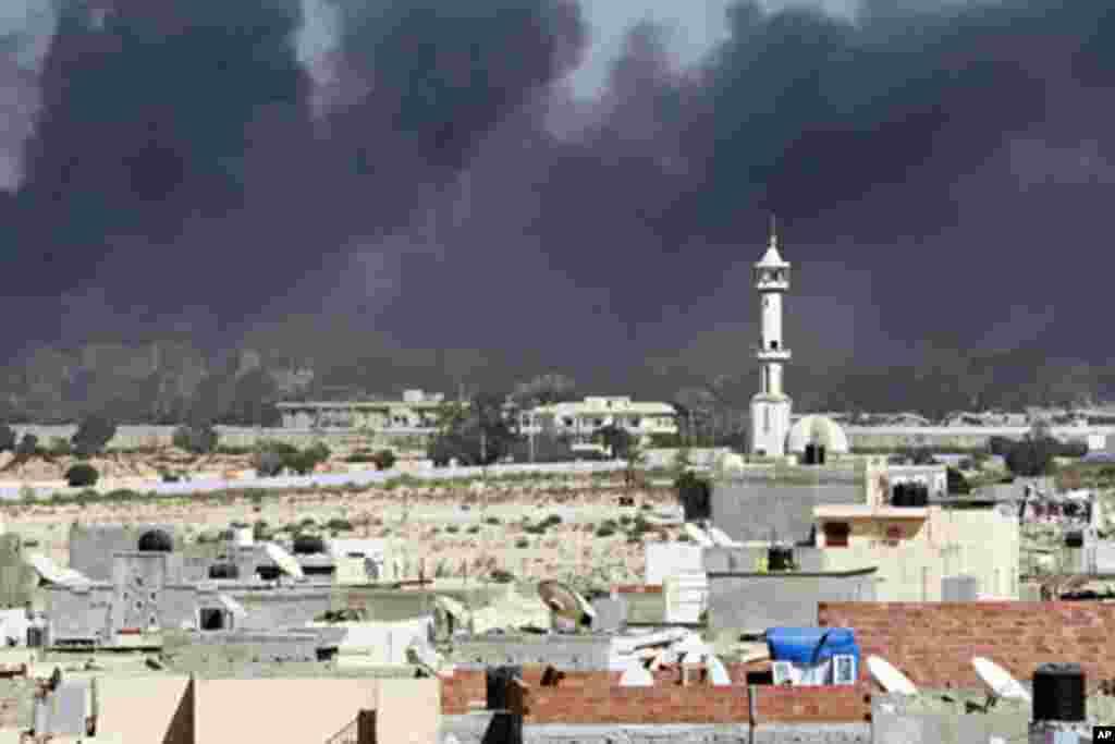 Smoke rises above downtown Tripoli following fighting at Bab Al-Aziziya compound August 23, 2011