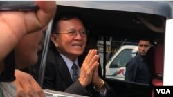 "FILE: Kem Sokha leaves Phnom Penh court after his second-day trial over the charge of ""Conspiring With Foreign State"" ended, in Phnom Penh, Cambodia, January 16th, 2020. (Khan Sokummono/VOA Khmer)"