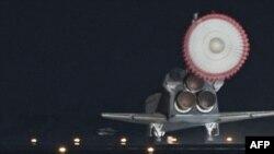 奋进号航天飞机降落在肯尼迪航天中心