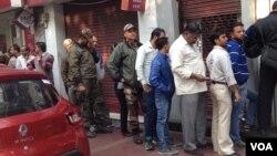 Antrian nasabah di luar sebuah bank di New Delhi terlihat lebih pendek dibanding minggu lalu. (A. Pasricha/VOA).