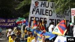 Algunos manifestantes protestaron en silencio frente al edificio de las Naciones Unidas.