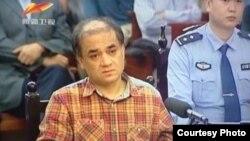 新疆电视播出伊力哈木在乌鲁木齐出庭新闻图像。(微博图片)