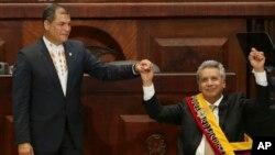 ARCHIVO - En esta foto del 24 de mayo de 2017, el ex presidente de Ecuador, Rafael Correa, levanta la mano junto con el actual presidente de la nación andina Lenín Moreno, durante el acto de juramentación de Moreno, en Quito. Los dos líderes que pertenecían al mismo partido se han distanciado considerablemente desde entonces.