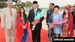 انڈونیشیا کے صدر کا اسلام آباد پہنچنے پر وفاقی وزیر دفاع نے استقبال کیا