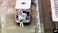 Xe cứu thương chở Bác sĩ nhiễm virus Ebola Kent Brantly tới Bệnh viện Đại học Emory ở Atlanta, ngày 2/8/2014.