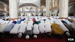 Musulmi su na sallar Idi a babban Masallacin Abuja, Najeriya, 30 Agusta 2011