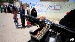 Người Iraq trước một trạm bỏ phiếu ở Baghdad, Iraq, 20/4/2013