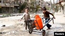 兩名兒童在戰區內運水