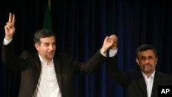 Presiden Iran Mahmoud Ahmadinejad (kanan) dan Esfandiar Rahim Mashaei sesaat seusai pendaftaran diri Mashei sebagai capres Iran dalam pemilu bulan depan, 11 Mei yang lalu (Foto: dok). Majelis wali para ulama dan ahli hukum Iran mengeluarkan Esfandiar Rahim Mashaei dan mantan presiden Hashemi Rafsanjani dari daftar para calon yang disetujui.